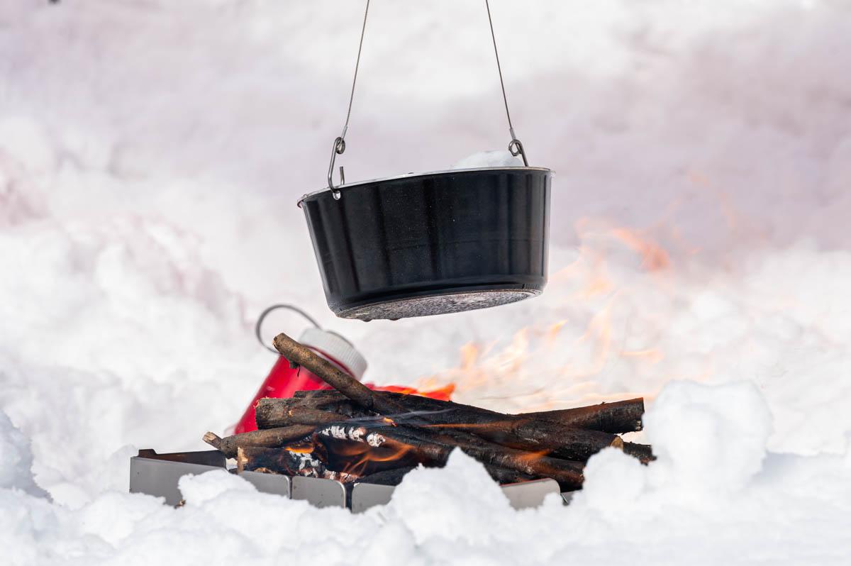 焚き火で鍋を吊るす
