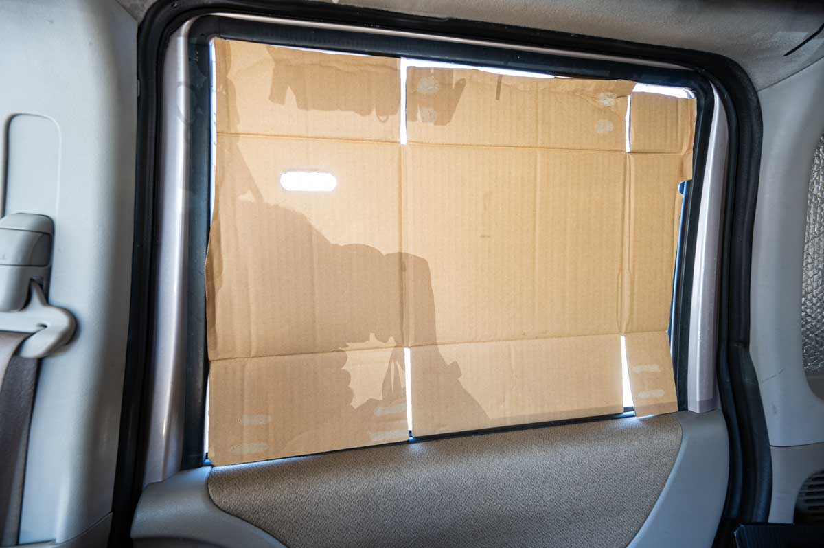 車中泊 窓に段ボールで型を取る