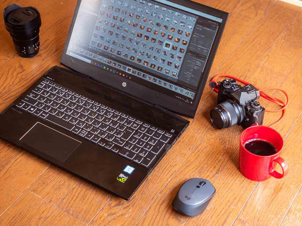 パソコンとカメラとコーヒー