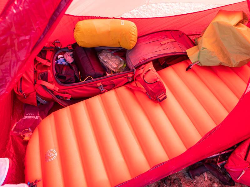 テントの中でマットとザック
