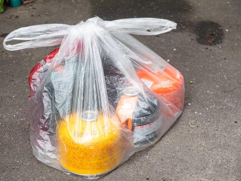 ガス缶を捨てるときに袋にいれる