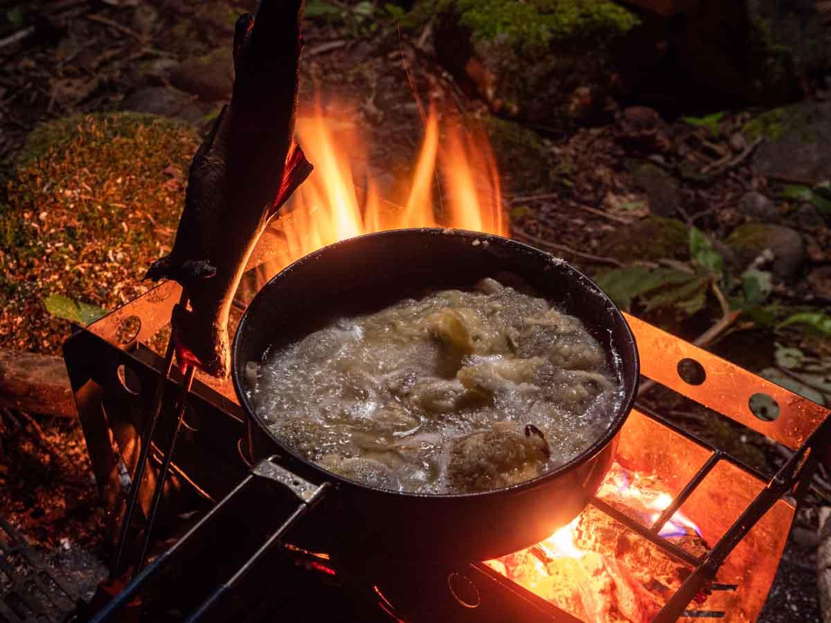 焚き火で揚げ物をする