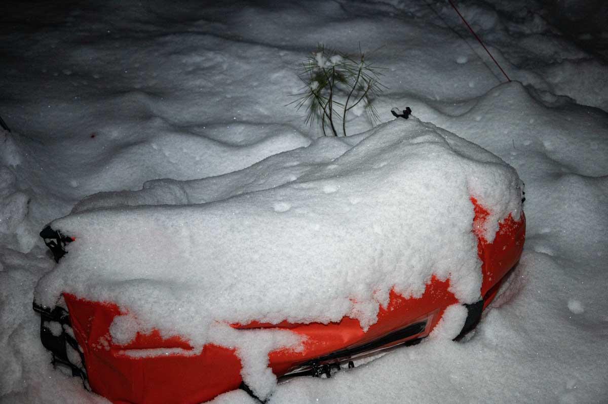 雪の積もるダッフルバッグ