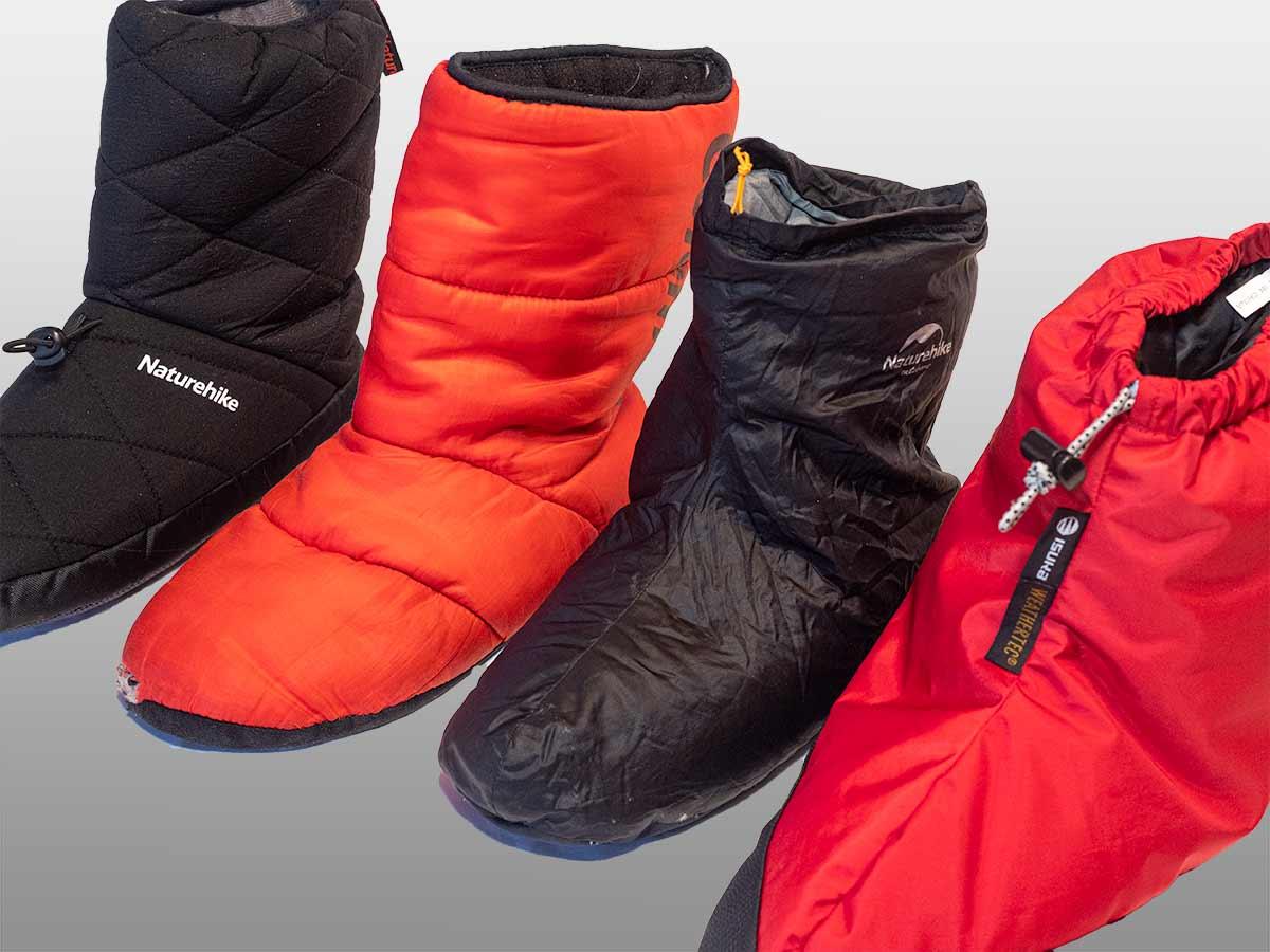 寝袋で足を保温するテントシューズ